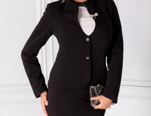 Costum damă elegant Alexis Leonard negru cu fustă, cu broșă și decupaj