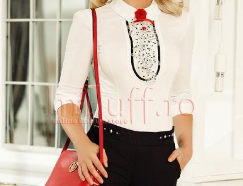 Cămașă de damă office Fofy DQWER albă cu jubou și accesorizată cu broșă roșie