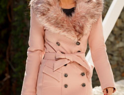 Jachetă de damă elegantă Grace JKLFDW roz cu guler îmblănit și cordon în talie