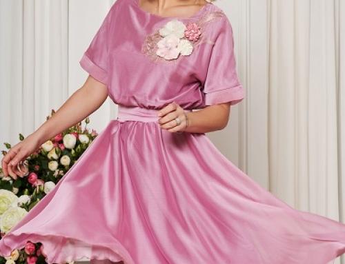 Rochie de seară roz Davina Starshiners în cloș cu aplicații florale și cordon