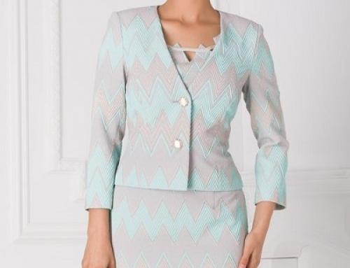 Costum damă office Emilee KQ2M Petra cu sacou scurt și rochie cambrată, din  jacquard
