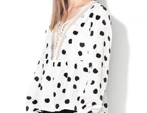 Bluză albă Guess Jeans H96Q Nyla de damă cu buline, manșete elastice și decolteu în V