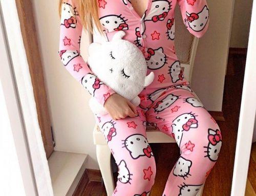 Pijama de damă Scarlett HG5Q Hello Kitty tip salopetă roz cu imprimeu