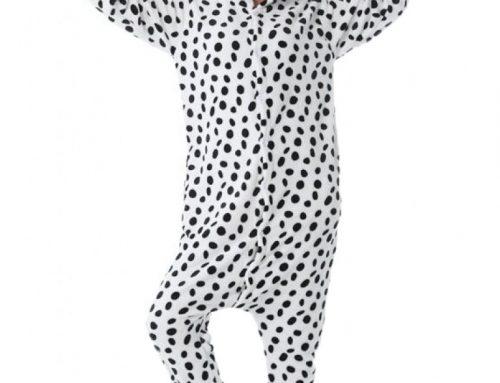 Pijama de damă Noelia HQ4Y tip salopetă pufoasă cu papuci de casă, cu imprimeu dalmațian