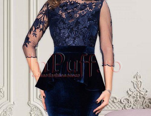 Rochie de ocazie Janessa HQS5L din catifea bleumarin conică cu tul brodat și volan tip peplum