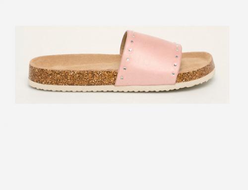 Papuci de damă DLN4EQ Big Star roz cu talpă joasă și toc plat, accesorizați cu ștrasuri