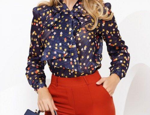 Bluză de damă E-WLN5DQ Fofy elegantă din voal cu guler tip eșarfă, fundă maxi și imprimeu colorat, bleumarin