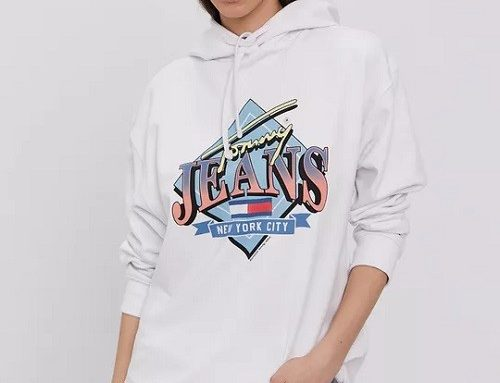 Bluză de damă TDS32EQ Tommy Jeans sport albă din bumbac cu glugă, umerii lăsați și imprimeu