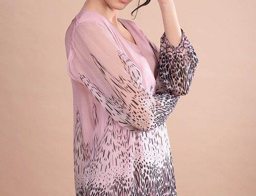 Bluză din mătase YQL5BH LaFemme roz pentru femei cu mâneci 3/4, decolteu în V și imprimeu