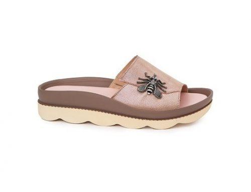 Papuci de damă Superlative de stradă din piele naturală, bej, cu broșă decorativă și talpă plată